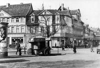 Der Ägidienmarkt 1938: Verkehrsinsel mit Schillereiche und Kiosk, rechts die Straße Rosenhagen