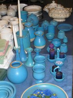 reichhaltige Auswahl an handgetöpferten Steingutwaren in vielen Farben vorrätig