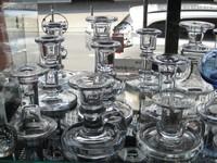 viele verschiedene , ältere Holmegaard - Leuchter in dem alten , bläulichen , dicken Glas