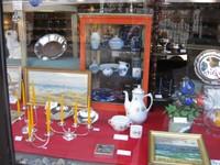Schaufensterdekoration Silberwaren , Porzellan , Bilder , Glas  von Versteigerungen aus Kopenhagen