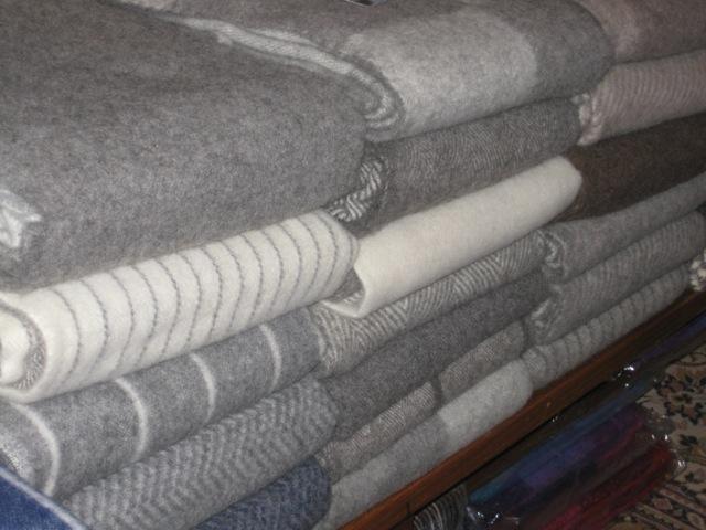 Decken aus 100% reiner Schurwolle von jütländischen Schafen. Sehr weich und wärmend. Extra-Größen: 140x240cm  Preise: je € 175,-
