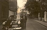 Ritterstrasse um 1954, Herr Krense mit neuem Taxi, im Hintergrund Volksbad und Gaußschule
