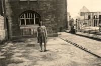 Marlis Engel im Garten der Gaußschule, im Hintergrund Ritterstrasse und Bunker