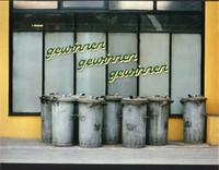 Mülltonnen vor der Spielhalle (Tivoli) in der  Langedammstrasse 1975